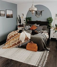 Easy Home Decorating Ideas for your home with color, furniture and accessories. Home decor tips to design your living room, bedroom, bathroom Bohemian Bedroom Decor, Boho Living Room, Tribal Bedroom, Boho Decor, Moroccan Bedroom, Moroccan Interiors, Condo Living, Decor Room, Cool Rooms