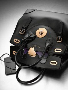 Von dieser Tasche haben wir sicher alle schon mal heimlich geträumt, wenn wir abends vor der dunklen Haustür nach dem Schlüssel gesucht
