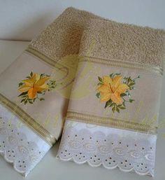Toalhas de banho e rosto bordadas com acabamento em bordado inglês. Towels and face embroidered finished with broderie anglaise.