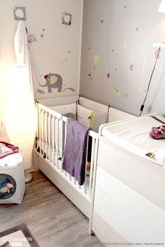 Projet : Création d'une chambre de bébé avec dressing dans 9m². Anciennement un dressing, l'arrivée du bébé a contraint mes clients à revoir l'aménagement de cette pièce et ainsi la transformer en une agréable chambre de bébé. Du mobilier compact, des couleurs douces et des miroirs pour agrandir la pièce et ainsi installer un mural de plus de 3m de large de dressing, challenge réussi ! - Côté Maison Projets