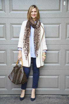 falling in style : Schlichtes, klassisches und zeitloses Outfit aus den Basisfarben Dunkelblau und Off-White zusammen mit braunen Akzenten. Dazu passt Gold-Schmuck hervorragend.