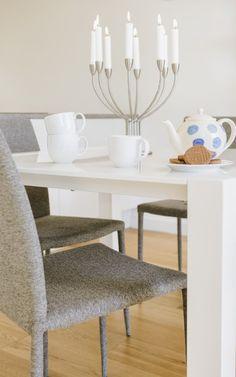La table carrée blanche Bramante à rallonges est d'un design minimaliste.