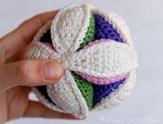 Letztens war ich krank und bei meinen Eltern zum auskurieren. Meine Mutter hatte einen gehäkelten Amish Puzzle Ball gemacht und ihn mir i...