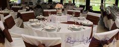 Esküvői dekoráció, barna esküvői dekoráció, vendégasztal díszítés, esküvői hangulat