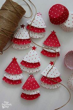 DIY Christmas tree ornaments Ideas made of paper, Christmas decorations made by hand, garland made of muffin paper Christmas Crafts For Kids, Xmas Crafts, Christmas Snowman, Christmas Tree Ornaments, Christmas Wreaths, Christmas Gifts, Christmas Decorations, Holiday Decor, Snowman Ornaments