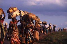 In 1994 vluchtten veel Rwandezen naar buurlanden vanwege de genocide die toentertijd speelde. Te voet legden zij vele kilometers af om in veiligheid te komen. Chalasani, R. (1994). Rwanda. Opgeroepen op februari 19, 2015 van UNHCR: http://www.unhcr.org/469384f12.html