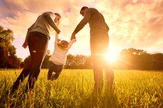 Karlsruhe (AFP) - Die Adoption eines Stiefkinds ist nur in einer Ehe oder Lebenspartnerschaft möglich. In einer Partnerschaft ohne Rechtsbindung sieht das Gesetz eine Adoption durch den Partner nicht vor.