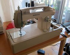 Purchasing a Vintage Sewing Machine - Threads. Find the right sewing machine Vintage Sewing Notions, Vintage Sewing Machines, Sewing Spaces, Sewing Rooms, Sewing Machine Thread, Civil War Quilts, Amish Quilts, Wooden Spools, Tatting Patterns