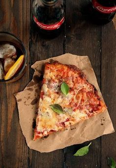 Find images and videos about food, delicious and pizza on We Heart It - the app to get lost in what you love. Pizza Fina, Casa Pizza, Food Porn, Pizza Dough, Pizza Hut, Fruit Recipes, Pizza Recipes, All You Need Is, Vegetable Pizza