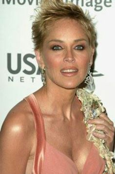 sharon stone Sharon Stone Photos, Beautiful People, Beautiful Women, Famous Girls, Charlize Theron, Hair Dos, New Hair, Short Hair Styles, Hair Beauty