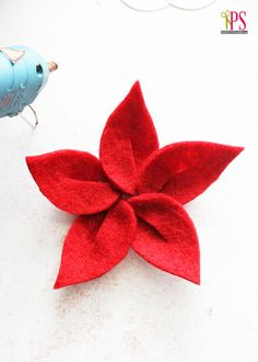 Tuto: felt flowers - 3 different models (by PositivelySplendi .) - Tuto: felt flowers - 3 different models (by PositivelySplendi . Christmas Flowers, Felt Christmas, Christmas Crafts, Christmas Ornaments, Felt Diy, Felt Crafts, Fabric Crafts, Handmade Flowers, Diy Flowers