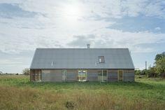 Sommarhus Mattsarve, Gotland 2011–2012 Huset är beläget längs en äldre landsväg upp från kusten vid Katthammarsvik. Tomten gränsar till vägen längs ena kortsidan och mot en allmänning med hedmark på andra sidan. Entrén på framsidan ligger indrag...
