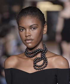 Les perles nouées de Stella McCartney- knotted pearls, reminds me of the long strands of pearls that were then knotted at the end.