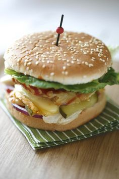Hamburger au livarot et poulet - Best Food Pictures Diner Burger, Bbq Burger, Clean Recipes, Snack Recipes, Snacks, Cas, Street Chicken, Hamburger Menu, How To Cook Burgers