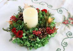 【作品の特徴】 キャンドルを使ったクリスマスアレンジメントです。 グリーンアジサイのベースに、バラや松ぼっくり、ヒイラギなど これぞクリスマス!な花材が盛りだ...|ハンドメイド、手作り、手仕事品の通販・販売・購入ならCreema。