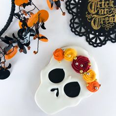 day of the dead Halloween sugar cookie decorating ideas royal icing Favorite Things: Vol. Halloween Cookies Decorated, Halloween Sugar Cookies, Halloween Baking, Halloween Desserts, Halloween Cupcakes, Halloween Ghosts, Halloween Treats, Halloween Halloween, Vintage Halloween