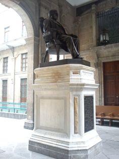 Monumento a Benito Juárez en el Patio Mariano del Palacio Nacional, Centro Histórico de la Ciudad de México
