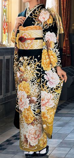 Thanks days【小物合せのポイント】黒地に乱菊は着物には代表的な柄です。帯は白地に金を配し着物の牡丹の色に合わせています。帯締めは地色の黒と連携を取っています。