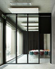 Groepen tot 30 personen kunnen terecht in de vergaderruimte achteraan in de ontmoetingsruimte, foto Toon Grobet, 0503ATLA stam.be