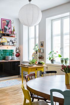 A Vibrant Fun Place To Live - Decoholic Apartment Interior Design, Room Interior, Sweet Home, Appartement Design, Cool Rooms, Simple House, Dining Area, Dining Room, Apartment Living