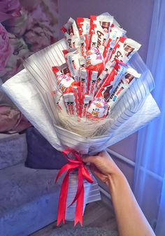 Bouquet of Kinder - Sites new Food Bouquet, Gift Bouquet, Candy Bouquet, Christmas Treats For Gifts, Homemade Christmas Gifts, Valentine Gifts, Diy Gift Box, Diy Gifts, Bouquet Ferrero