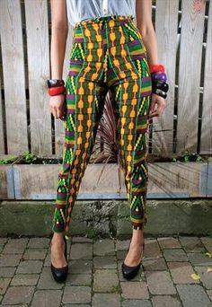 Style africain, pantalon coloré, vert et jaune, bijoux fantaisie                                                                                                                                                                                 More
