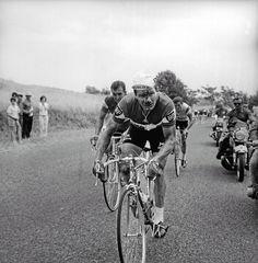 1968: Bei der Tour 1968 läuft es für Raymond Poulidor ausgezeichnet - bis er auf der Fahrt nach Albi mit einem Pressemotorrad zusammenstößt. Verletzt steigt er wieder in den Sattel und legt den letzten Abschnitt mit weniger als einer Minute Rückstand zurück. Doch am folgenden Tag ist Schluss.