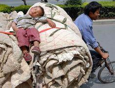 Chinese kind slaapt achter op een fiets