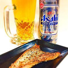 さぁて、夜まで我慢していた今宵の一酒一肴です。 昨夜キリンビールだったので、アサヒも飲んであげないと…ということで、今一番アサヒで飲みたかった『エクストラシャープ』にしました。アルコール度数がちょっと高めなところが、ドライと比べてエクストラなのかな…との感想でした。 肴は、昼から待ちかねた鰹の『ハランボ』です。塩焼きのみで摘みたいところですが、相手がビールということで自分の好む粗挽き黒胡椒も加えました。 - 89件のもぐもぐ - 今宵の一酒一肴『エクストラシャープ』と『鰹ハランボ』 by CheeOn
