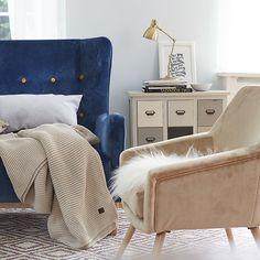 Max Winzer® 2-Sitzer Sofa »Melina«  Die Sixties sind zurück: Und zwar in Form dieses coolen  2-Sitzer-Sofas, das mit den farbigen Zierknöpfen auf den  ersten Blick an einen nachtblauen Sternen-Himmel erinnert.  Dabei hat der stylische Retro-Look ein modernes Innenleben  mit hochwertigem Federkern und FSC®-zertifiziertem  Holzwerkstoff. Nostalgischer Style und zeitgemäßer Komfort –  eine tolle Kombination, die frischen Wind in euer Zuhause bringt!