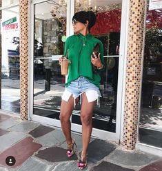 Denim shorts with cute blouse and sandals Style Désinvolte Chic, Style Casual, Casual Chic, Spring Summer Fashion, Spring Outfits, Autumn Fashion, Chic Outfits, Trendy Outfits, Fashion Outfits