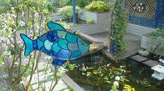 Un poisson suspendu sur un bow window ... Fabrication Françoise Naud Vitraux d ' Art