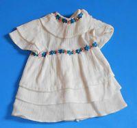 ältere Puppenkleidung, Puppenkleid,weiß mit Blümchenborte
