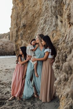 ✨Swooning over this whole shoot with the loveliest family, but this Mother and Daughter moment is absolutely everything. Daughters have to… Summer Family Pictures, Beach Family Photos, Beach Photos, Family Pics, Family Pictures What To Wear, Videos Instagram, Photo Instagram, Family Photo Sessions, Family Posing