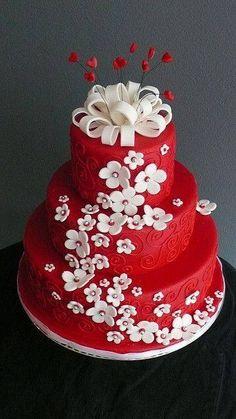 Gâteau mariage rouge et blanc fleurs