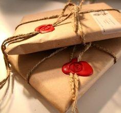 シンプルな麻ひもを使ったラッピングに、鮮やかな赤い封蝋を付けて。アクセントになり、とってもおしゃれ。