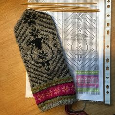 "Вязание. Жаккард - ""Зимняя радуга"" | VK Knitting Charts, Knitting Stitches, Knitting Yarn, Hand Knitting, Knitting Patterns, Crochet Patterns, Mittens Pattern, Knit Mittens, Knitted Gloves"