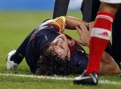 El capitán del FC Barcelona Carles Puyol, que sufrió ayer una luxación en el codo izquierdo durante el partido de Liga de Campeones ante el Benfica, estará de baja durante ocho semanas, después de que se haya decidido realizar un tratamiento conservador para su recuperación...