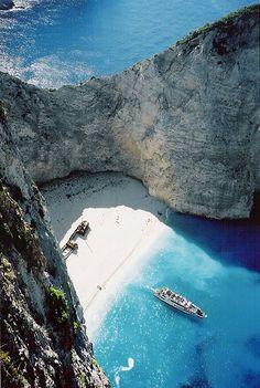 Shipwreck Bay, Zakynthos, Greece Envoyez une carte postale en parlant de vos vacances pour cet été. employez l´image adjointe.