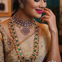 19 Super Simple Gold Necklace Designs That You Can't Resist! Indian Bridal Jewelry Sets, Indian Jewellery Design, Indian Jewelry, Jewelry Design, Handmade Jewellery, Bridal Jewellery, Mens Gold Jewelry, Silver Jewellery, Emerald Jewelry
