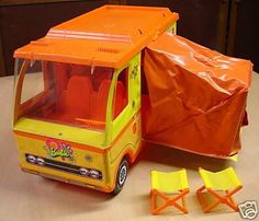 the beloved Barbie camper! My friend had one. Her Barbie went glamping and mine used a washcloth as a bed. My Childhood Memories, Childhood Toys, Great Memories, 1970s Childhood, School Memories, Diy Vintage, Vintage Barbie, Vintage Stuff, Barbie Toys