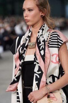 Chanel Spring -Summer 2021, Details… | Classy and fabulous way of living Runway Fashion, Fashion Show, Fashion Design, Fashion Trends, Fashion Details, Fashion Inspiration, Lady Gaga, Vogue Paris, Primavera Chanel