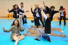 板を使った立体パズルを完成させた選手たち(写真:アフロスポーツ)