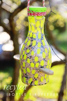 Easy craft tutorial on how to make a bird feeder bottle from a Califia Farms plastic jug. Easy Crafts For Kids, Crafts To Do, Diy For Kids, Toddler Art, Toddler Crafts, Bird Houses Diy, Diy Bird Feeder, Craft Tutorials, Nature
