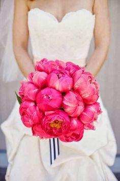 Ramos de novia con peonias. Es bellísimo el contraste entre el color intenso del ramo y el blanco purísimo de la novia