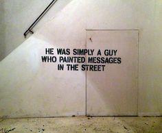 """""""Self portrait"""" - John Fekner (NY). Define el arte callejero como, """" todo el arte en la calle que no es graffiti"""".  Sus obras consisten en palabras trazadas a lápiz, símbolos, fechas e iconos en aerosol pintados en diferentes países."""