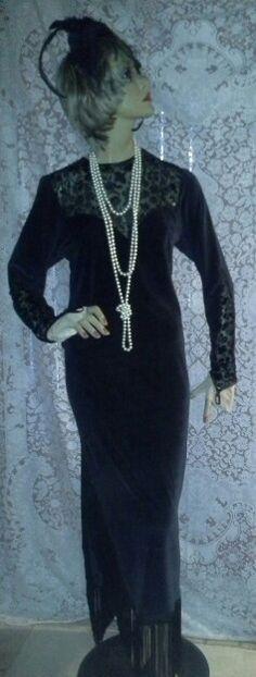 Vestido em malha plush com aplicações em veludo devorê e bordado com miçangas pretas, barra com franjas em seda,  casquete em renda preta com voilet ,Colar pérolas