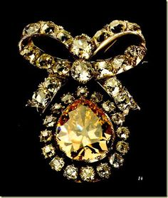 Broche de diamantes con gran diamante amarillo central, perteneciente a la corona portuguesa
