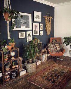たくさんの観葉植物と素朴な要素を備えたダークチャコールグレーの壁。