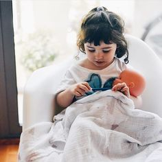 Cuando cuidan a sus muñecos con el mismo cariño que nos ven cuidarles a ellos. Imitación  Preciosa foto de @blogmodabebe destacada por @petit_on #conmiradademadre